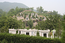 Terugblik Chinareis vrijdag 23 juni:  Phoenix Hill Mountain Cemetery, groepsdiscussie met de China Funeral Association (CFA), farewell dinner, Beijing Opera